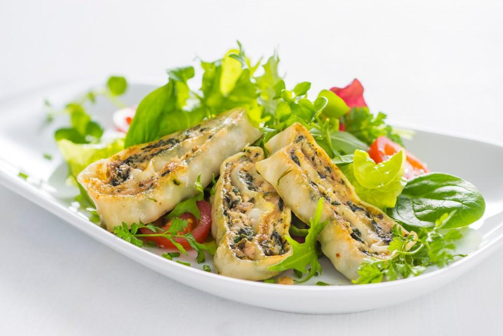 Gebratene Maultaschen-Streifen auf buntem Salattteller